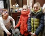 images/2018/Shkolniki_pozdravili_s_zimnimi_prazdnikami_odnoklassnitsu_1220160208.jpg
